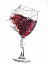 puknuty pohar s vinom